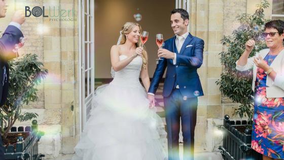 bruidspaar proost met prosecco na ceremonie